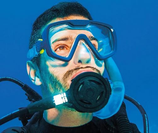 Scuba diving mask with anti-fog technology